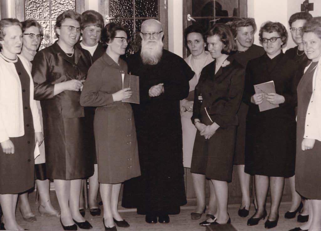 Josef Kentenich mit Frauen von Schönstatt